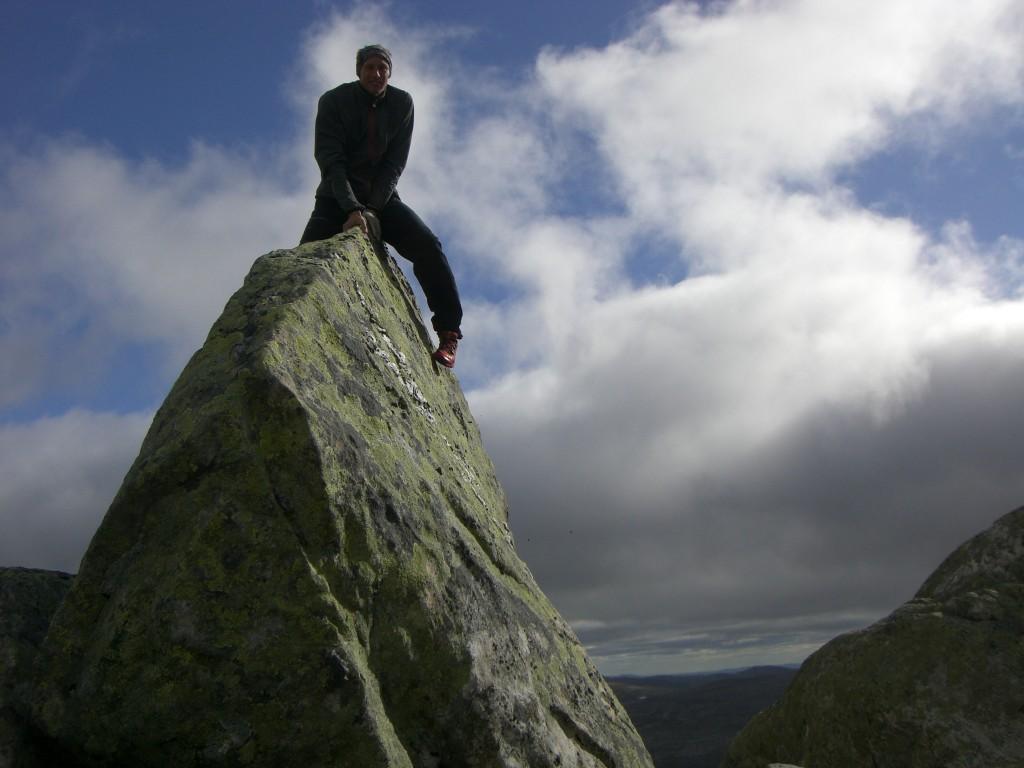 På Mehkene 1266m i Offerdalsfjällen finns en topp som är så smal och vass att det ej går att stå på den utan det är att sitta ner som gäller.