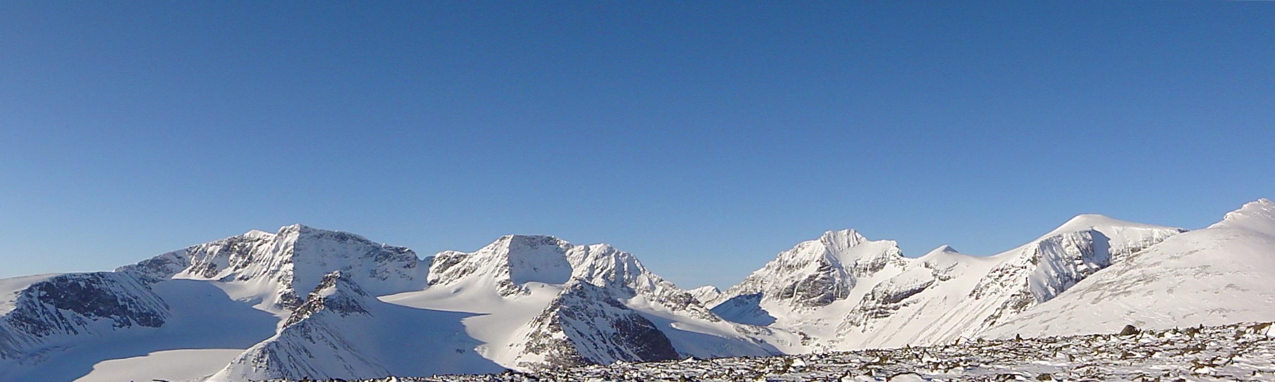 Kebnekaise, Giebmegáisi massivet. Med Kebnekaise syd och nord topp till vänster i bild. Foto: Mattias Skantz