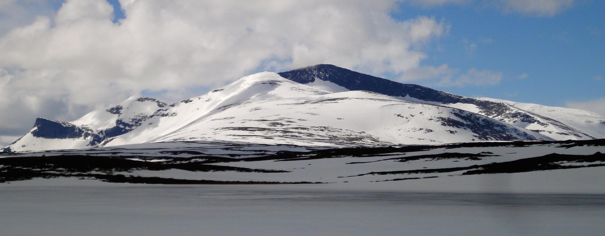 Jämtlands läns tillika Härjedalens högsta topp 1796m. Sveriges högsta topp söder om Polcirkeln (Tarrekaise/Sarek). Foto: Mattias Skantz